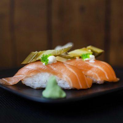 nigiri z łososiem i jalapeno